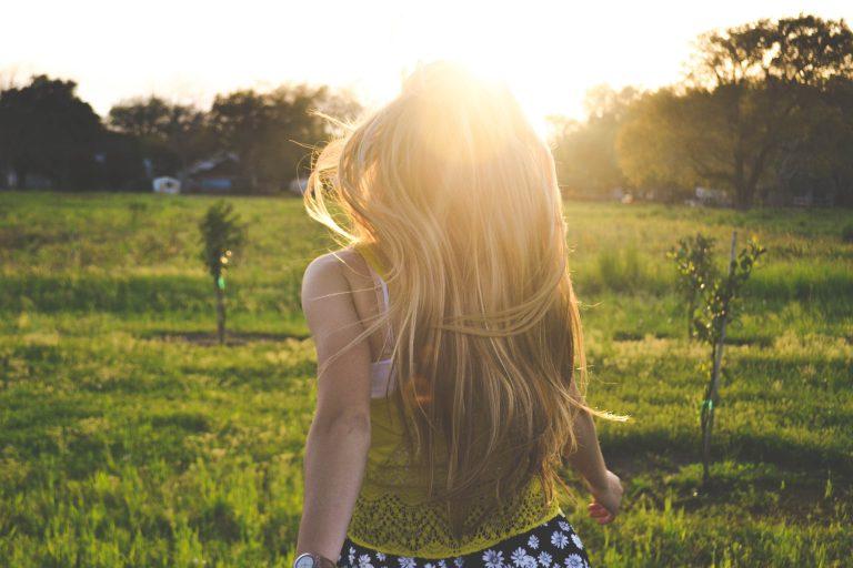 photo femme libre dans un champs