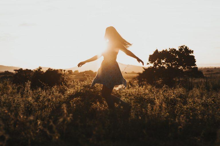 photo femme libre heureuse