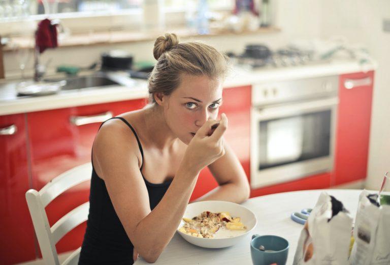 femme mange nutrition régime